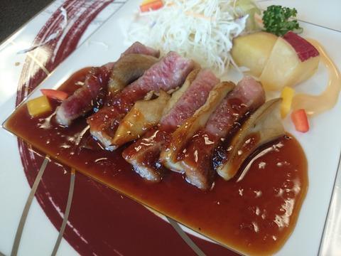 近江牛ステーキと足太あわび茸のミルフィーユ 魚英